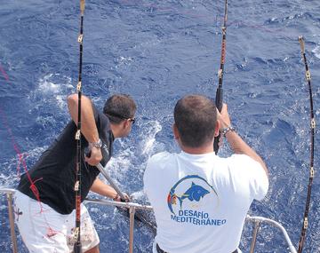 Dos pescadores de altura momentos antes de sacar una pieza